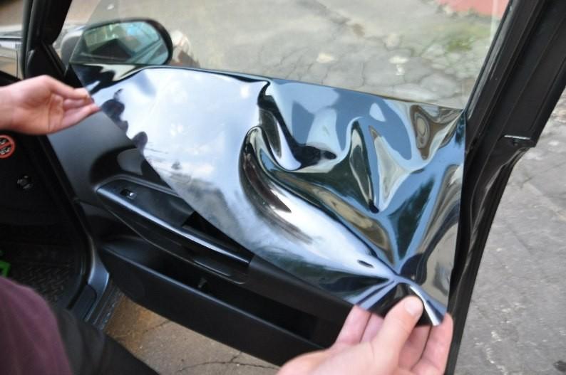 Снятие тонировочной пленки со стекла автомобиля