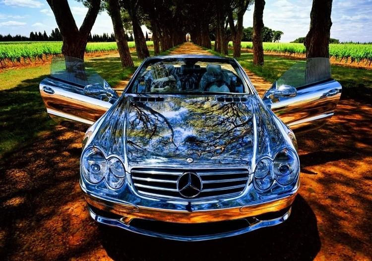 Сверкающий автомобиль, обработанный жидким стеклом