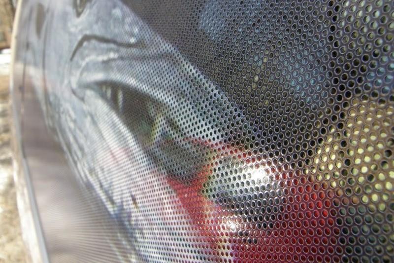 Перфорированная пленка наносится с внешней стороны стекла