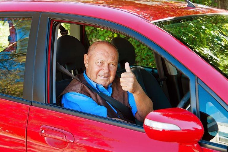 Довольный автолюбитель в отполированном авто