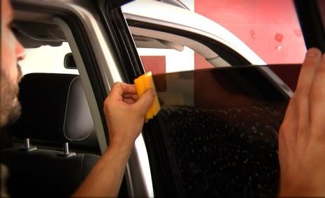 Нанесение тонировки на стекло автомобиля