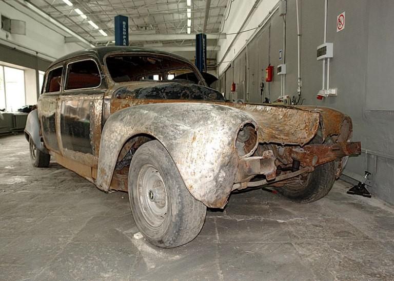 Ржавое старинное авто