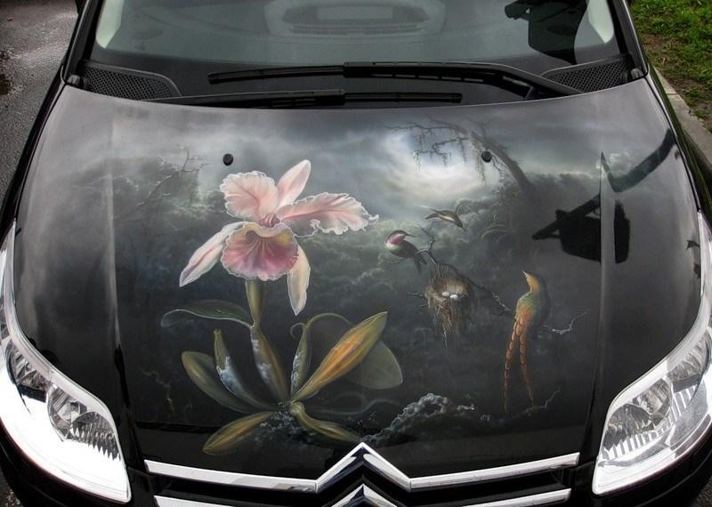 Цветок и птицы аэрография на авто