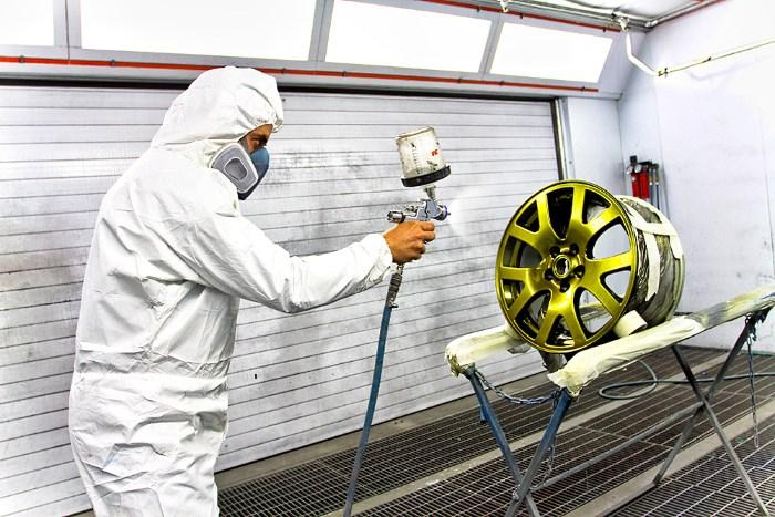 Нанесение жидкой краски на литой диск