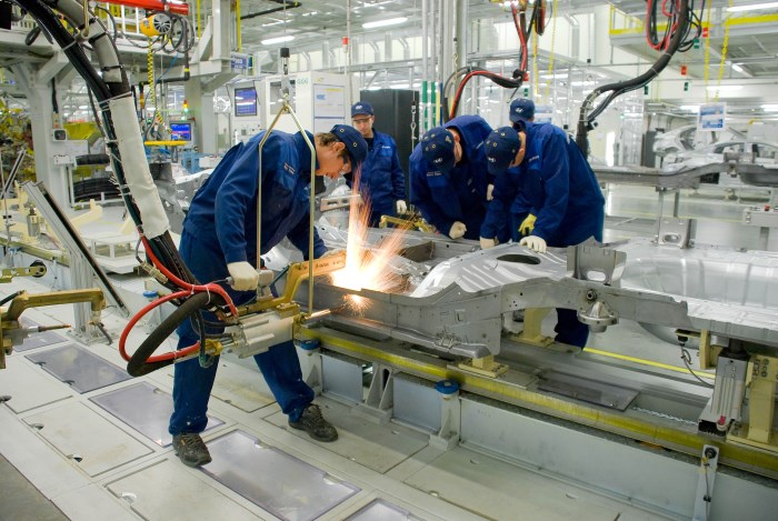 Сварка кузова на заводе