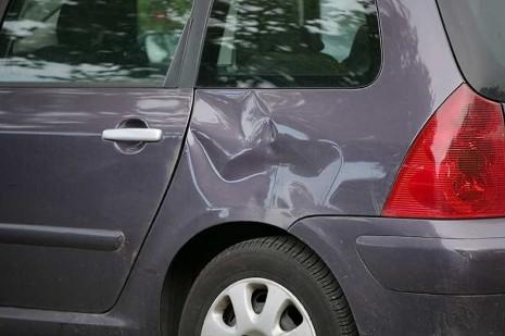 Вмятина на автомобиле