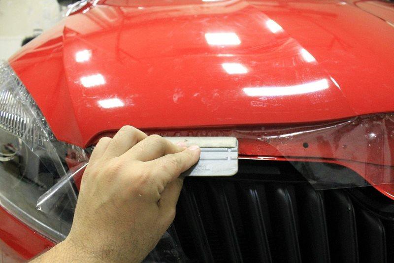 Защитная прозрачная пленка для кузова: разравнивание загибов ракелем