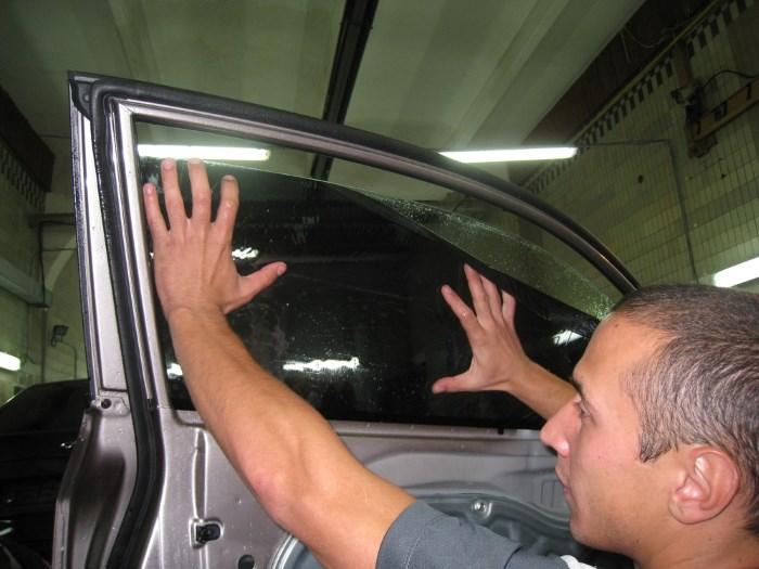 Наклейка пленки на стекло авто