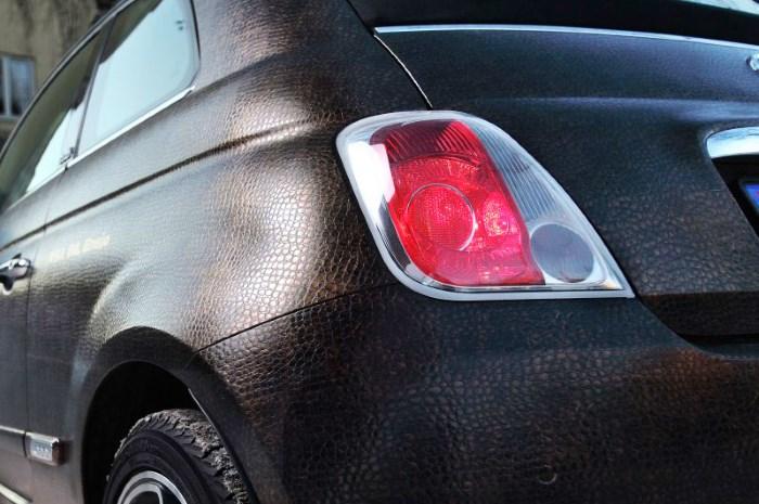 Коричневая пленка на кузове авто, имитирующая кожу рептилии