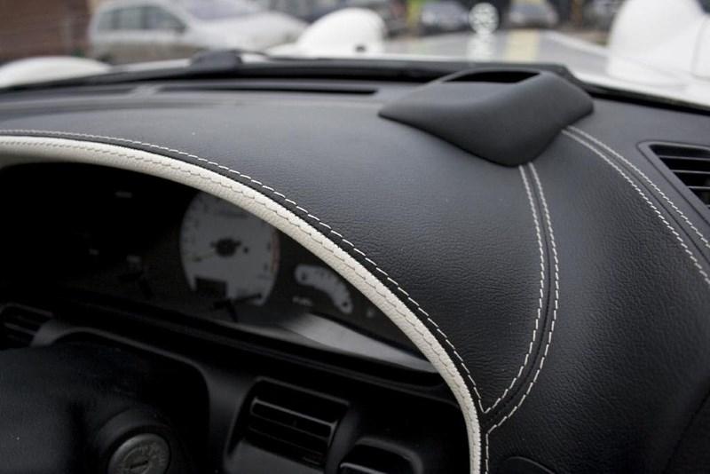 Панель салона авто, отделанная кожей