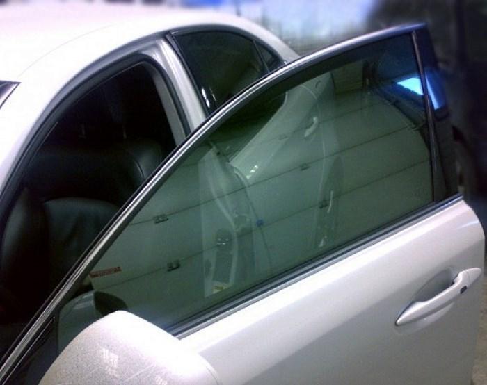 Автомобиль с затонироваными стеклами
