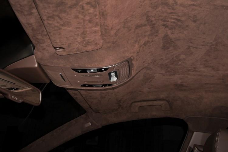 Потолок в салоне авто, отделанный алькантарой