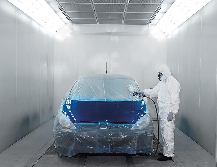 Покраска автомобиля в малярной камере