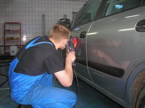 Мастер полирует машину
