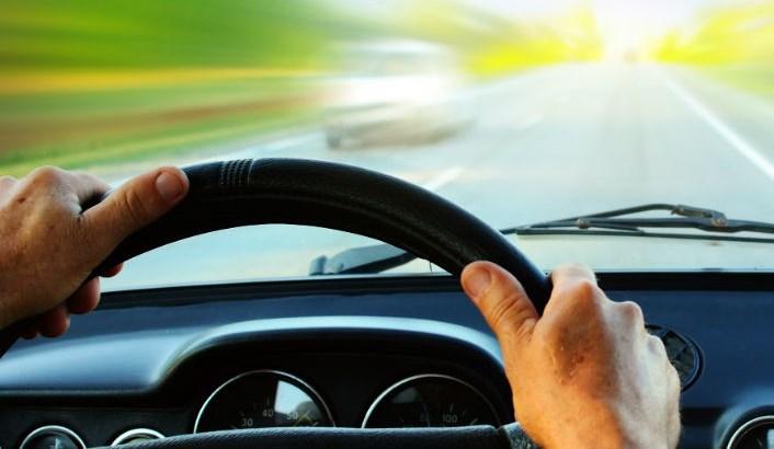Водитель за рулем, лобовое стекло, дорога