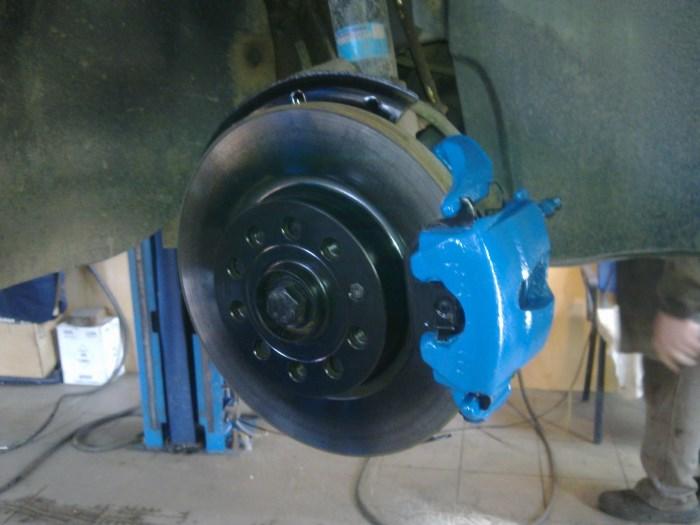 Тормозной суппорт синего цвета