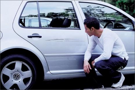Автовладелец горюет по поводу царапины на машине