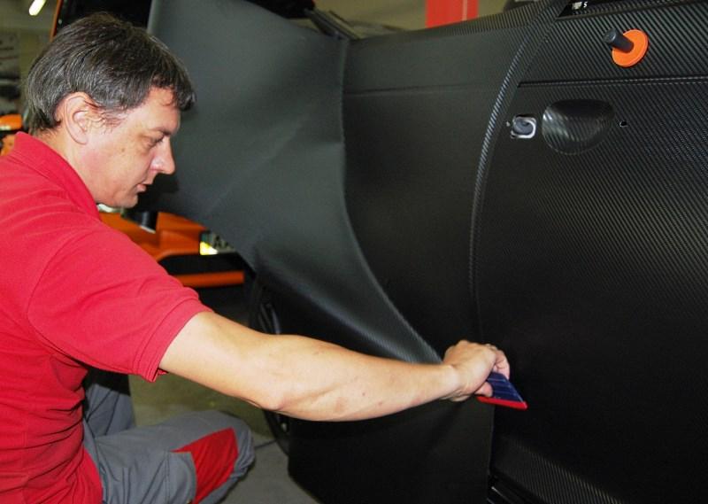 Процесс наклейки карбоновой пленки на авто