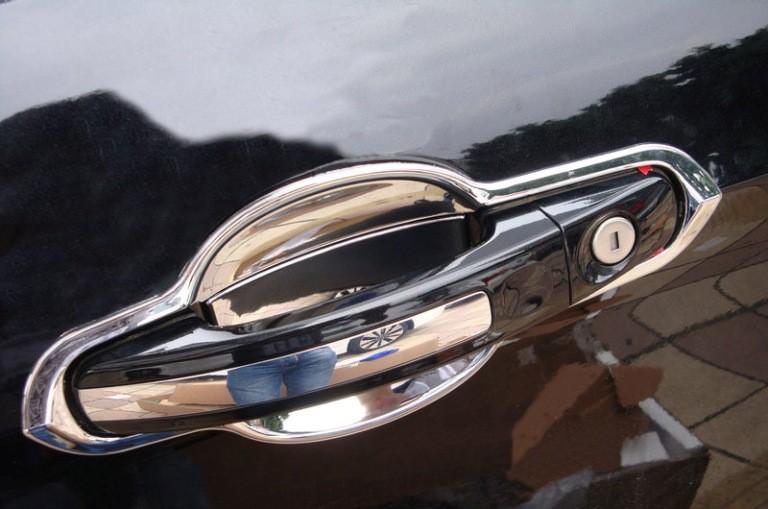 Хромированная ручка двери авто